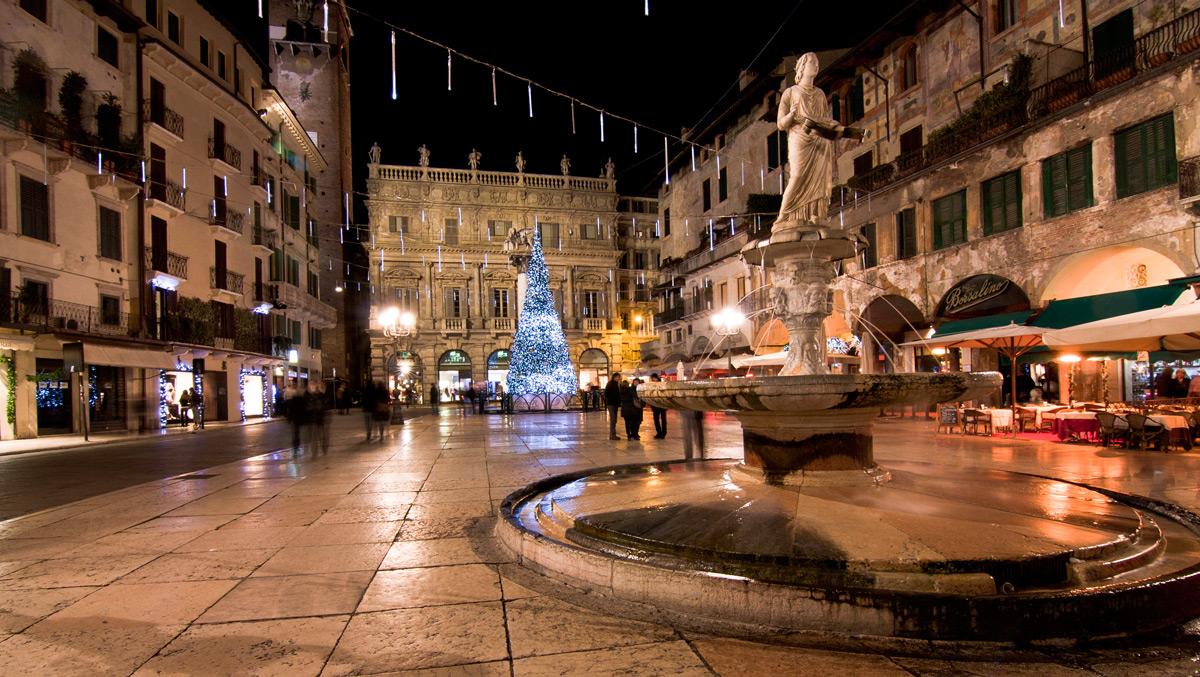 Verona: la bellissima Piazza delle Erbe racconta tutta la storia della città veneta
