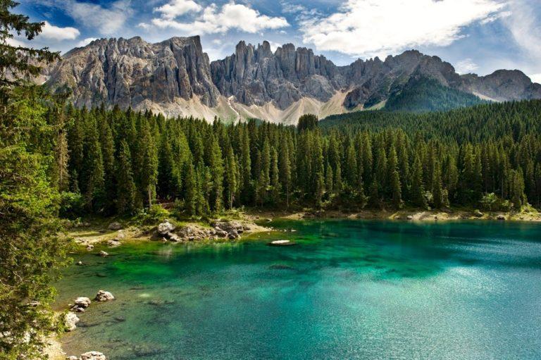 Lago di Carezza: un gioiello incastonato tra le Dolomiti
