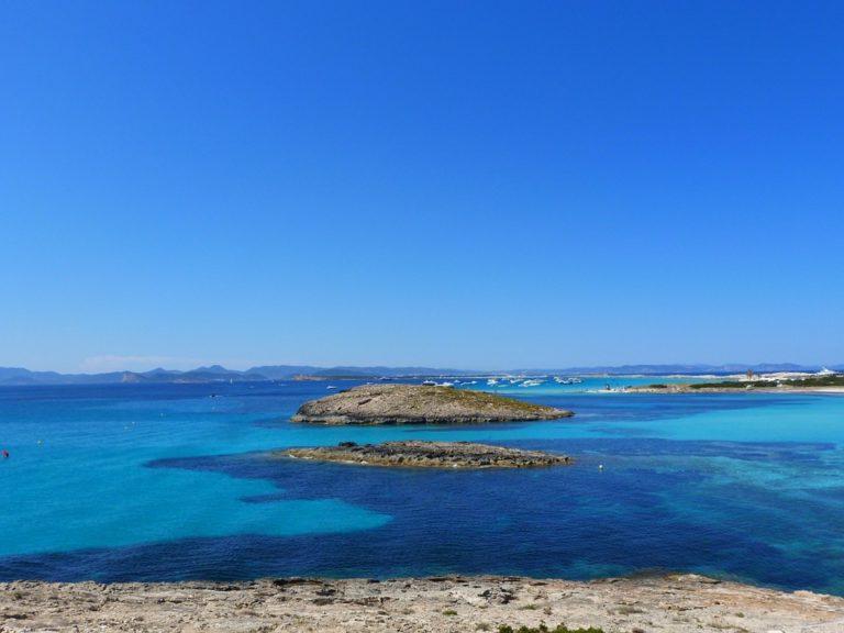 I migliori consigli per una vacanza a Ibiza: dove dormire, dove divertirsi e dove andare a prendere il sole