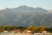 vista del mare e montagne della versilia
