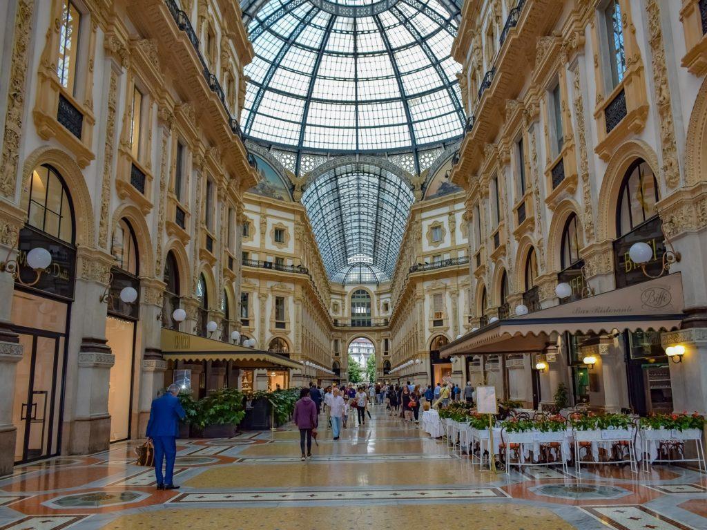 La galleria Vittorio Emanuele 2. Uscita della metro di Milano: DUOMO