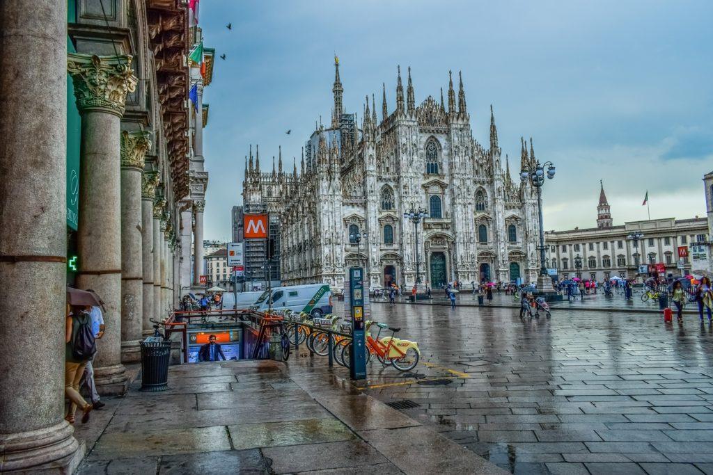 ingresso della metro e vista del Duomo di Milano