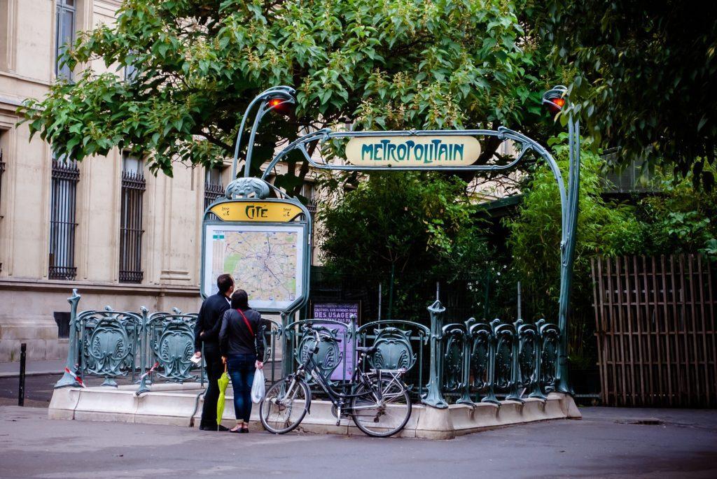 ingresso di una stazione della metro di parigi