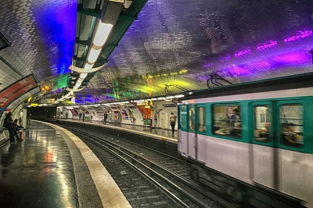 una stazione della metropolitana di parigi