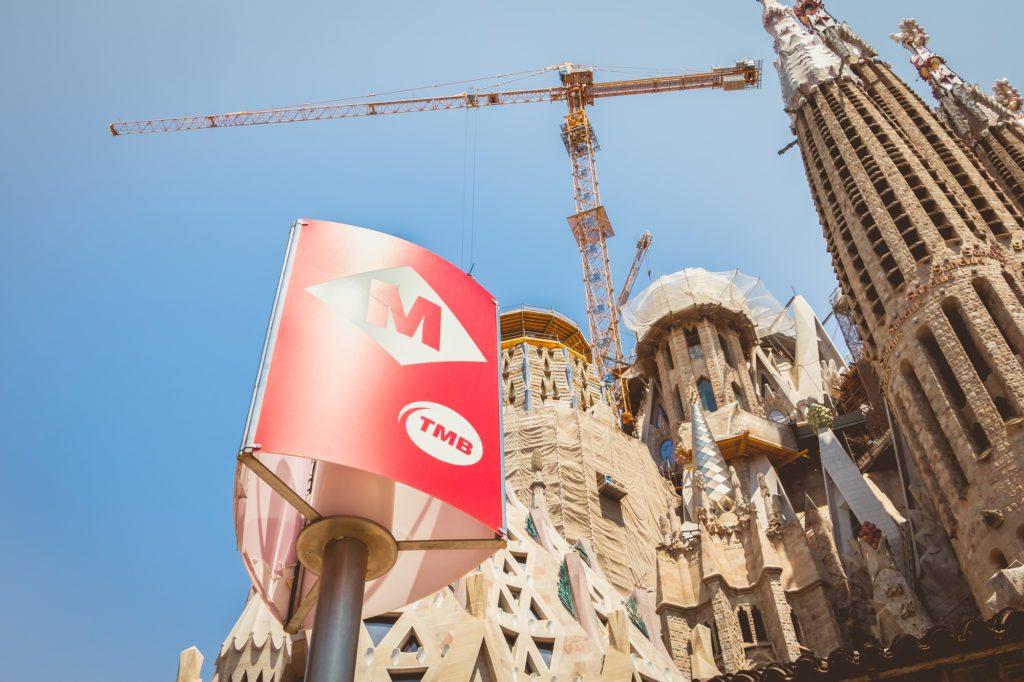metropolitana di barcellona e sullo sfondo la Sagrada Familia