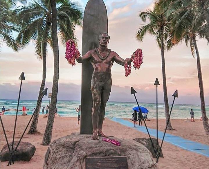 Il bronzo di Duke Kahanamoku alle Hawaii: il padre del surf moderno